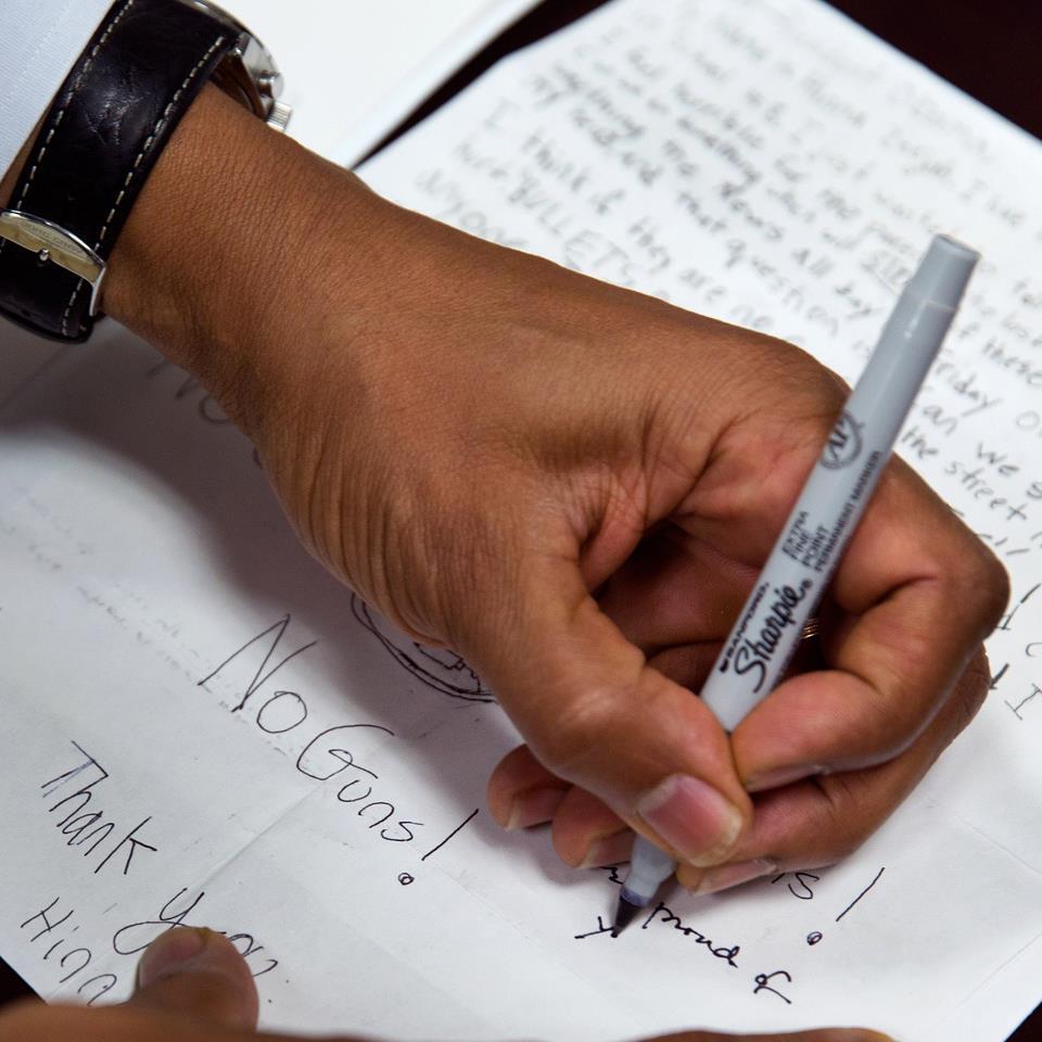 Photo of Barack Obama chiede aiuto su Facebook contro la vendita di armi